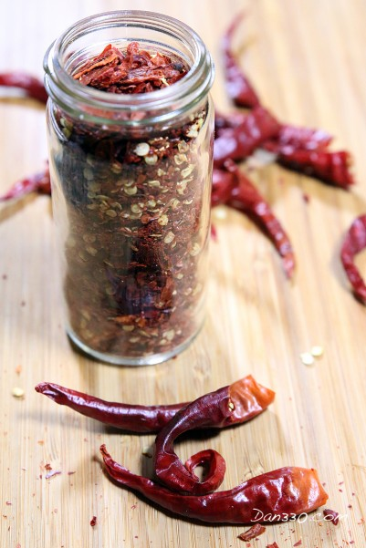 making dried cayenne pepper flakes