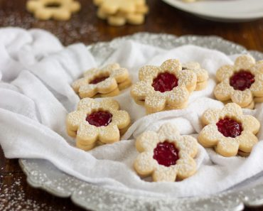 linzer-cookies-with-raspberry-jam