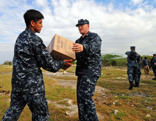 US_Navy_100126-N-2953W-106_ailors_assigned_to_the_guided-missile_cruiser_USS_Bunker_Hill_(CG_52)_distribute_food_from_the_non-profit_organization,_Kids_Against_Hunger 2